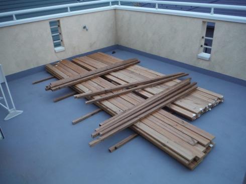 屋上にウッドデッキの材料を搬入