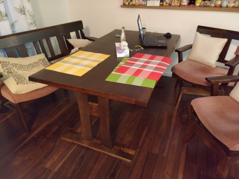 ニトリのダイニングテーブルです
