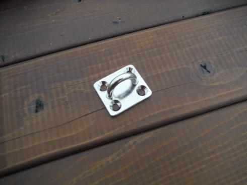 ロープを通す、半円の輪の金物