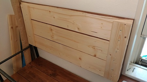 棚板は3枚の板の両端を直行する板でつながれ、荷を受け止めます