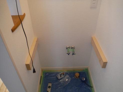 壁内の間柱に受けをコーススレッドで固定