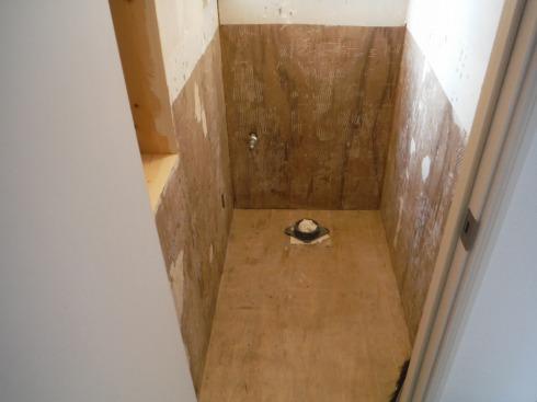 タイルを剥がし終えたトイレ