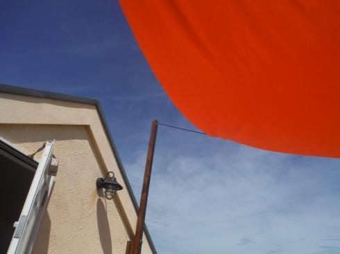 青い空にオレンジのタープ!