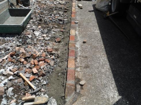 既存コンクリートとの境にレンガを積む