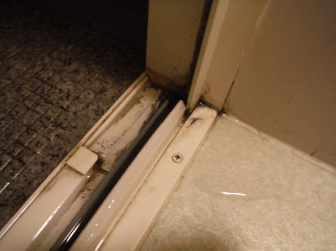 ドア下の溝からあふれた水