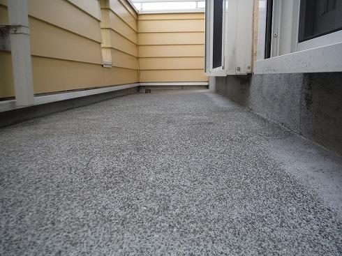 ベランダの床を再塗装 モルタルの骨材があらわになっています